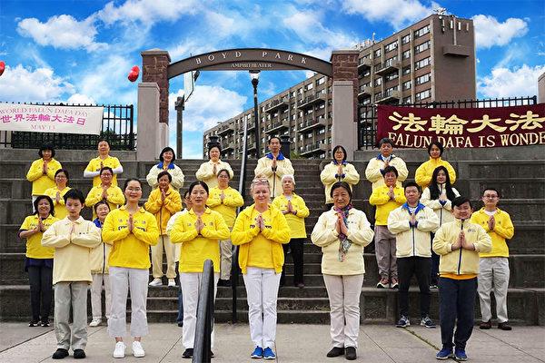 2021年5月9日母親節當天,新澤西州的部份法輪功學員們還來到了新澤西中部的新布朗斯維克市博伊德公園(Boyd Park)集體煉功洪法,慶祝世界法輪大法日,並向李洪志師父獻上最誠摯的感恩和敬意。(新澤西法輪功學員提供)
