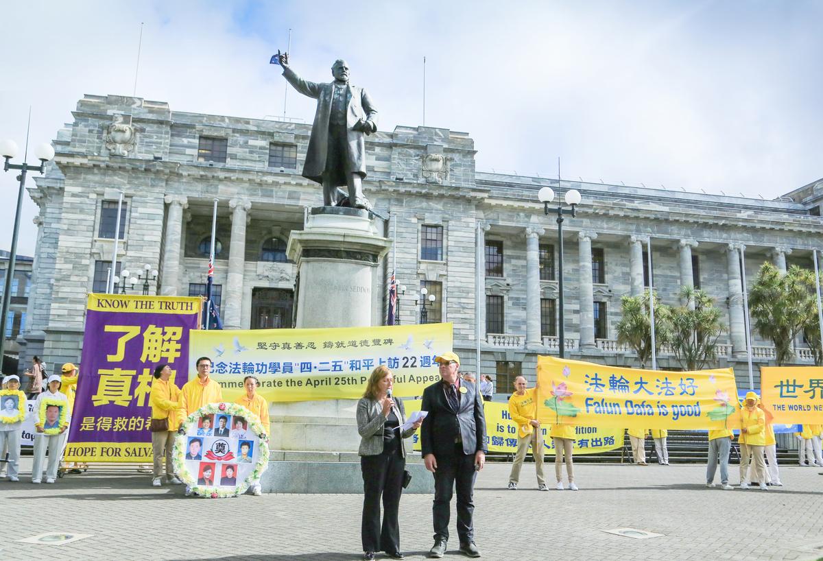 2021年4月13日,逾百位來自紐西蘭各地的法輪功學員匯聚首都威靈頓,舉行遊行和集會,紀念1999年4月25日萬名法輪功學員在北京和平上訪22周年。(譚鑫/大紀元)