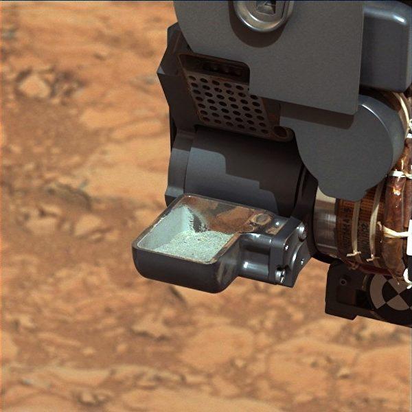 美國太空總署(NASA)的好奇號火星探測車首度成功從一塊火星岩取得樣品。(NASA提供)