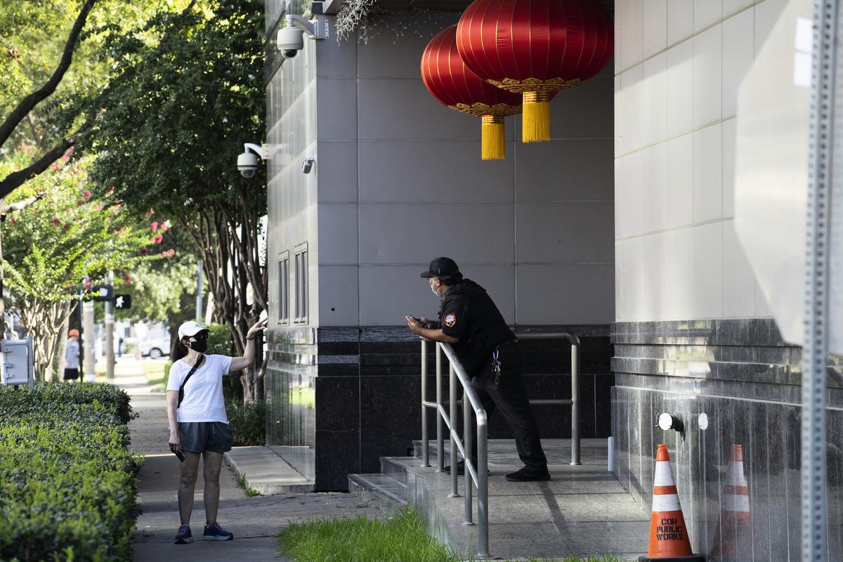 史丹福大學胡佛研究院推出《講中國的故事:中共塑造全球敘事的運動》白皮書,揭露中共全球洗腦。圖為2020年7月22日,中共駐侯斯頓總領事館被關閉後。(Go Nakamura/Getty Images)