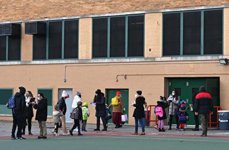 2020年12月7日,紐約市布魯克林區的孩子們在學校重新開放後,到校上課。(ANGELA WEISS/AFP via Getty Images)