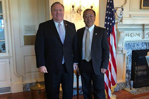 美國國務卿蓬佩奧和首席中國政策顧問余茂春(右)合照。(美國國務院)
