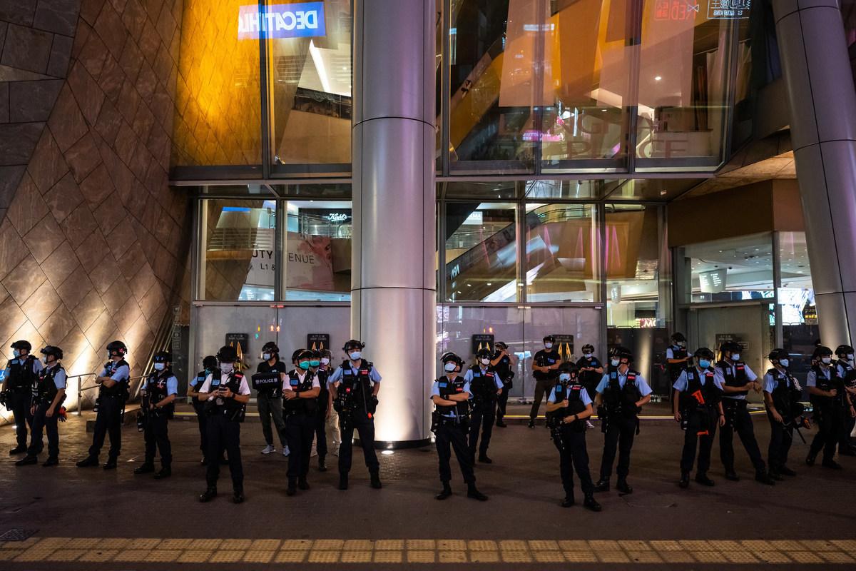 2020年8月11日,在人們舉行新聞自由抗議活動後,警察守在香港的一個購物中心外。(Billy H.C. Kwok/Getty Images)