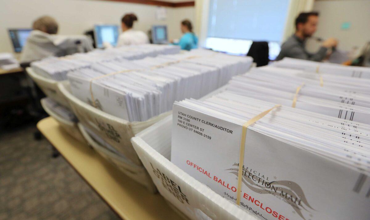 2018年11月6日,在猶他州普羅沃(Provo),選舉工作人員處理中期選舉的郵寄選票。(George Frey/Getty Images)