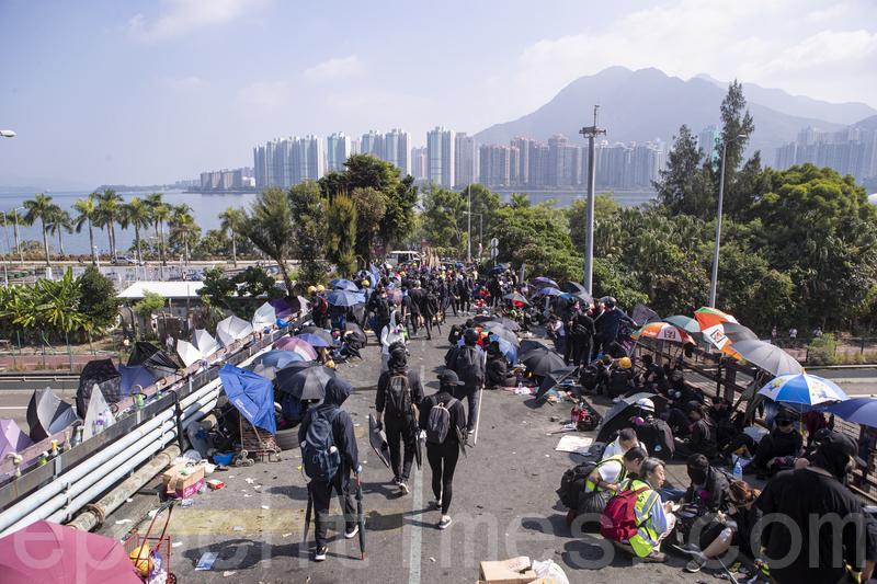 2019年11月13日,警察闖進香港各大學校園,狂轟濫捕青年學生。學生日夜扺抗。圖為中大學生校園門口二號橋位置設置路障,阻擋警察進入校園。(余鋼/大紀元)