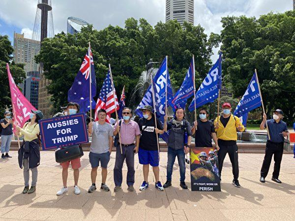 全球矚目的美國大選進入塵埃落定的關鍵時刻。1月6日,澳洲民眾再次在悉尼市中心舉辦挺特朗普連任、反竊選的遊行集會。圖為在悉尼海德公園等待出發的現場集會人士。左起第四為秦晉博士。(李睿/大紀元)