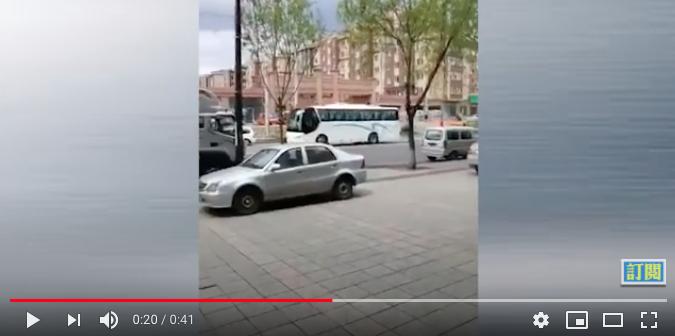牡丹江疫情嚴重,車站停運,綠地凱旋城小區居民被兩輛大巴車拉去隔離。(影片截圖)