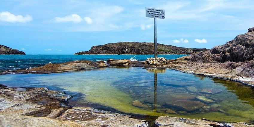 澳洲一名男子日前與友人在昆士蘭北部約克角(圖)的一個池塘游泳時,遭鱷魚突襲,他急中生智用手戳向鱷魚的眼睛,最終得以自救,倖免於難。(Patncath/維基百科)