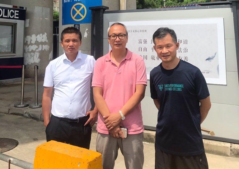2020年9月23日,宋玉生律師(左)、梁小軍律師(中)和範標文律師(右)在鹽田區看守所門口,攝影吳莉律師。(推特圖片)