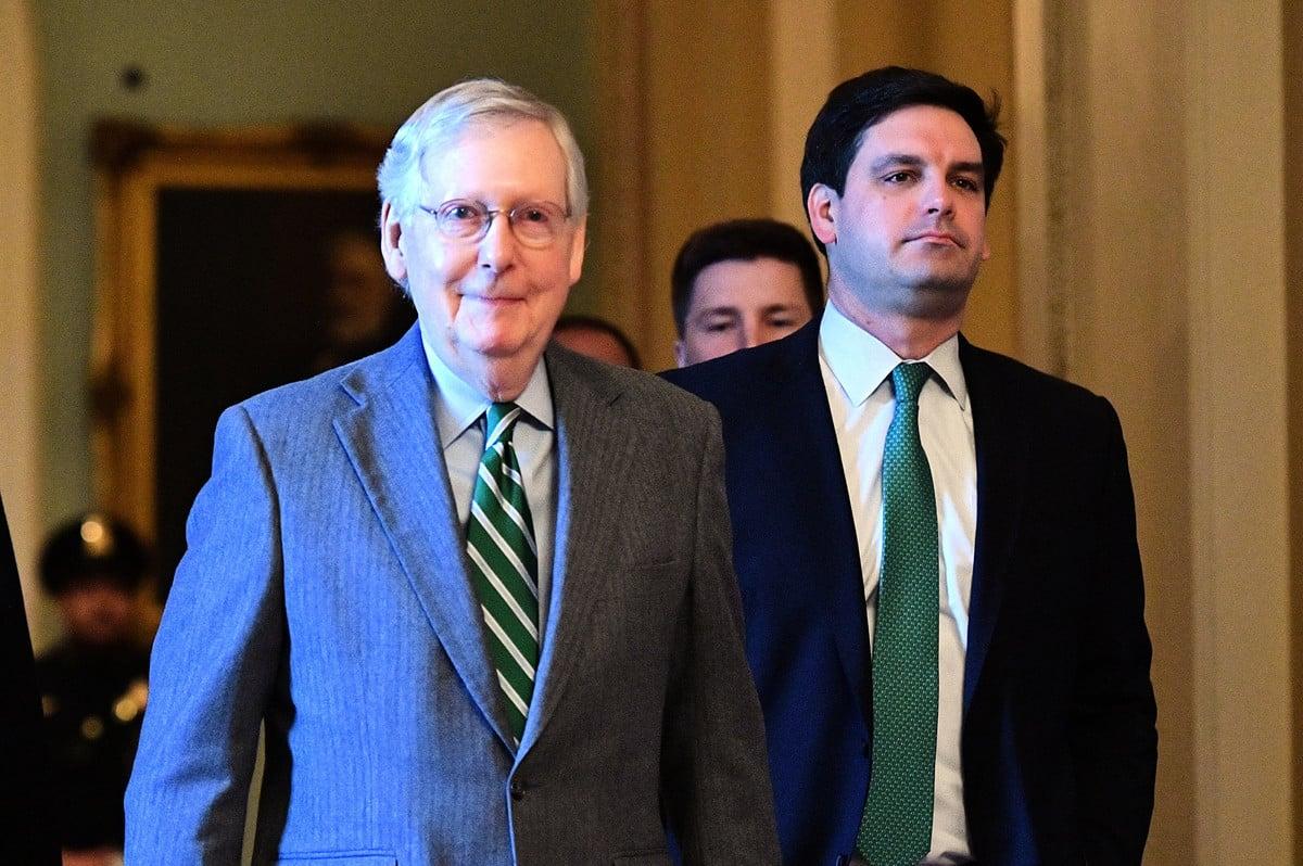 根據美媒取得的聯邦參議院有關總統彈劾審理程序規則決議案草案,參議院將投票表決是否要傳喚證人。圖為參議院多數黨領袖米奇・麥康奈爾(Mitch McConnell,左)。(Photo by Mandel NGAN/AFP)