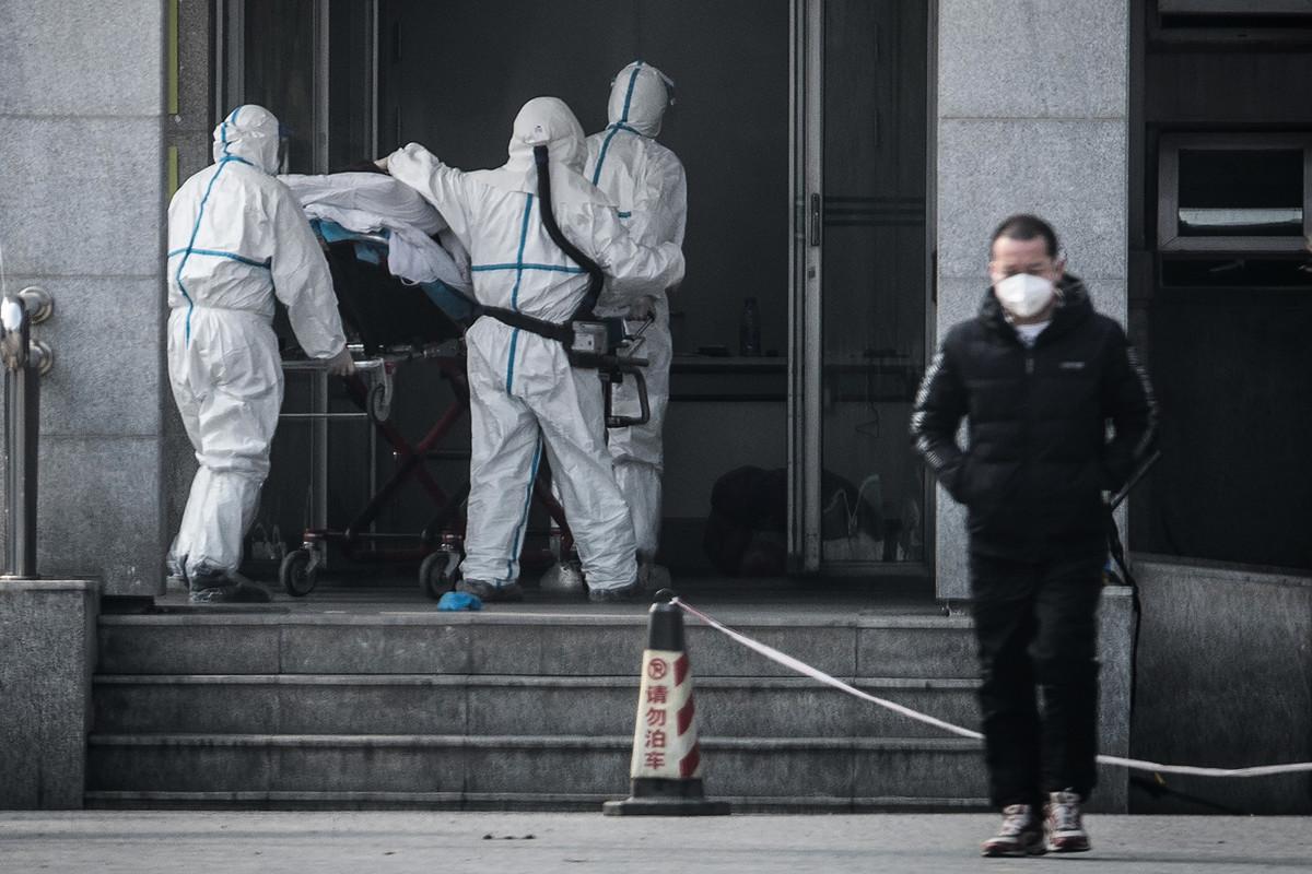 武漢市共有15名醫務人員被確診為中共病毒感染的肺炎病例。圖為,2020年1月18日,全副武裝的醫務人員將一名患者送進武漢金銀潭醫院。(STR/AFP via Getty Images)