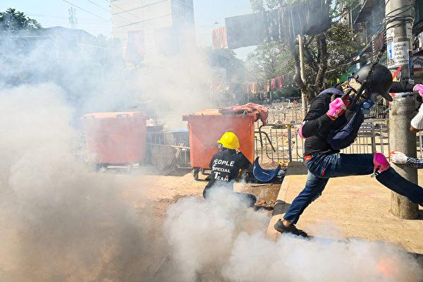 2021年3月8日,仰光民眾在街頭抗議軍事政變活動時,武警向民眾發射催淚彈的場面。(STR/AFP via Getty Images)