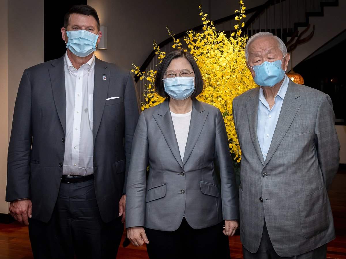 圖為美國國務院次卿克拉奇(左)2020年9月18日與中華民國總統蔡英文(中),台積電創辦人張忠謀(右)會面。(中華民國總統府提供)