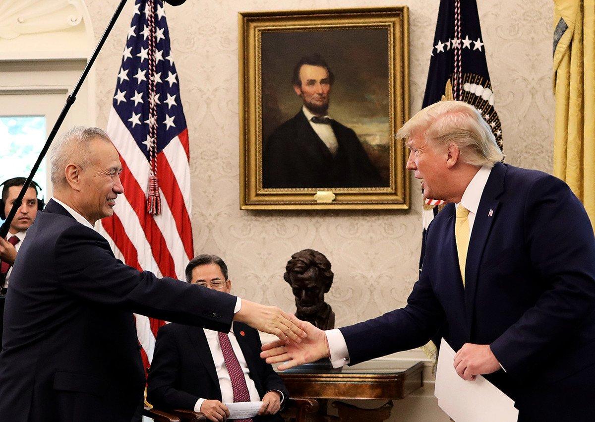 周五(10月11日),中美第13輪高級貿易談判結束,美國總統特朗普在白宮接見中共副總理劉鶴。特朗普表示,和中方達成數百億美元農產品交易,下月將在智利召開習特會。(Win McNamee/Getty Images)