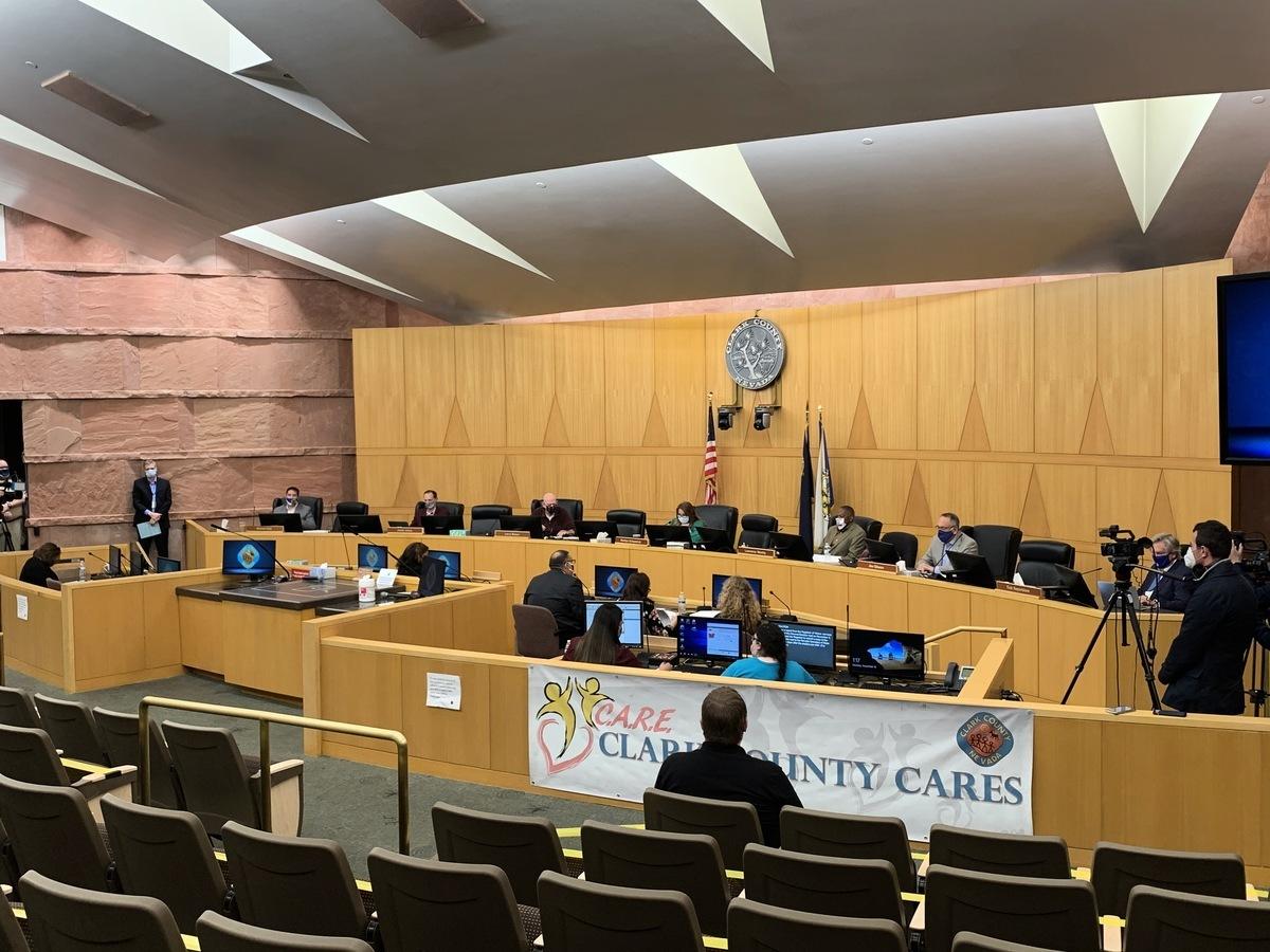 12月1日,內華達州最大的克拉克縣(Clark County)縣政委員集體反水,同意認證該縣C區僅差10票的選舉結果。圖為該縣11月16日召開的認證選舉結果緊急會議。(姜琳達/大紀元)