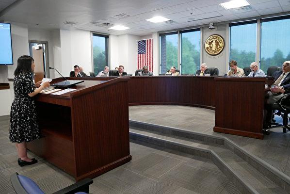 2021年5月17日晚,維珍尼亞州居民、法輪功學員Tiny Tang(左一)在維珍尼亞州路易莎縣縣委員會上發言。(李辰/大紀元)