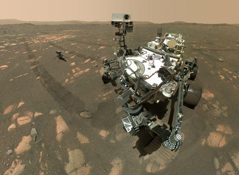 2021年4月6日,「毅力號」(Perseverance)使用Watson(Wide Angle Topographic Sensor for Operations and eNgineering,操作和電子工程廣角地形感應器)相機在「創新號」(Ingenuity)小型直升機旁邊自拍。這張照片是由62張單獨的圖像組成的,這些圖像被送回地球后被拼接在一起。(NASA/JPL-CALTECH/MSSS)