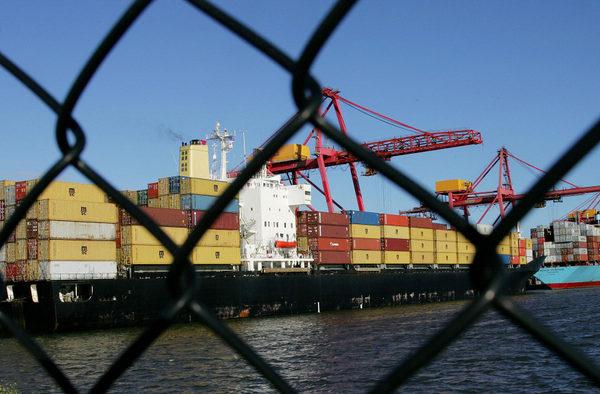 三位消息人士告訴彭博新聞社,如果下個月底,美國總統特朗普和中國國家主席習近平之間的談判未能緩解貿易戰,美國準備在12月初宣佈對所有剩餘中國進口產品徵收關稅。(WILLIAM WEST/AFP/Getty Images)