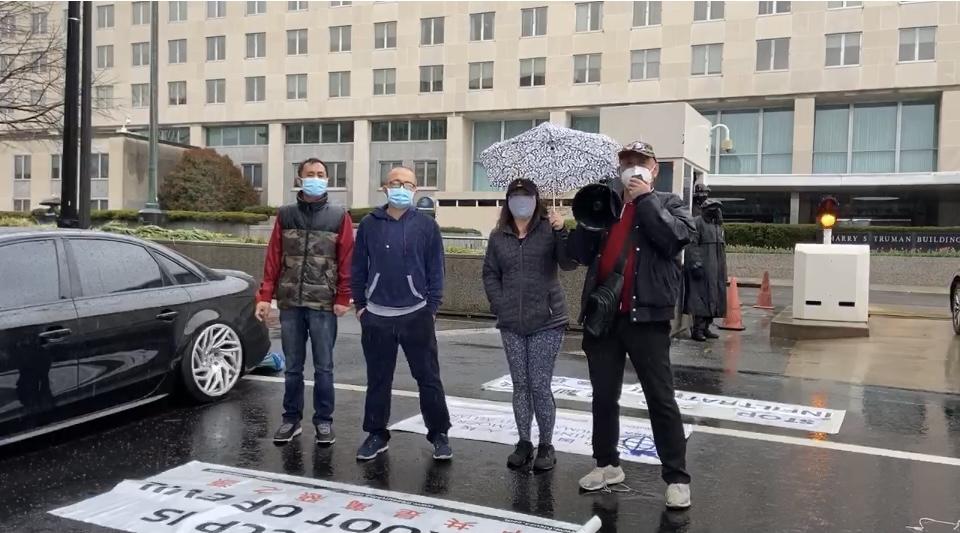 民主人士來到美國國務院前,要求美國政府加大對中共的制裁力度。從左到右:魏立斌、羅永東、陳娜麗、白節敏。(白節敏提供)