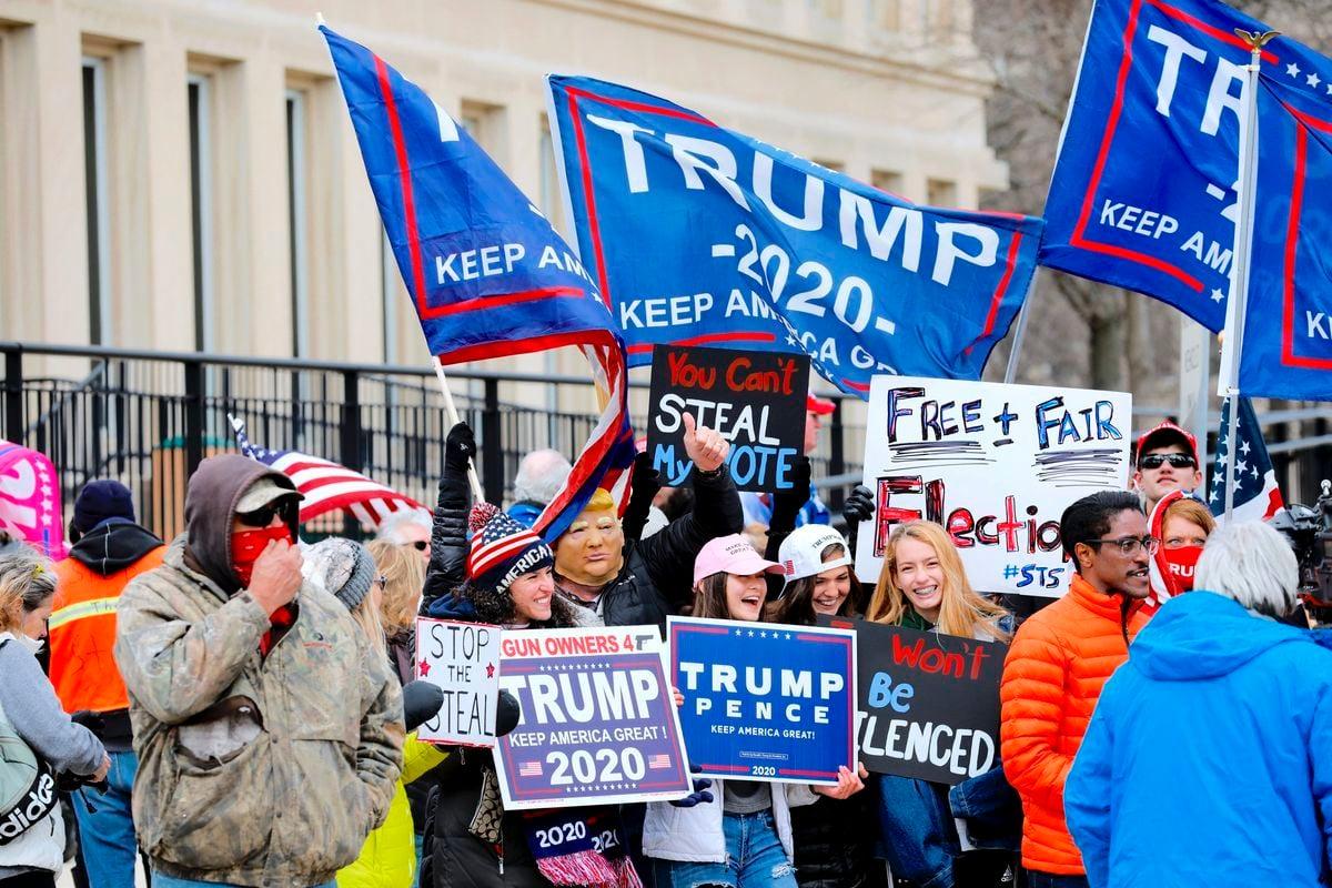 2020年11月23日,美國總統特朗普的支持者聚集在密歇根州首府外發表意見。(JEFF KOWALSKY/AFP via Getty Images)