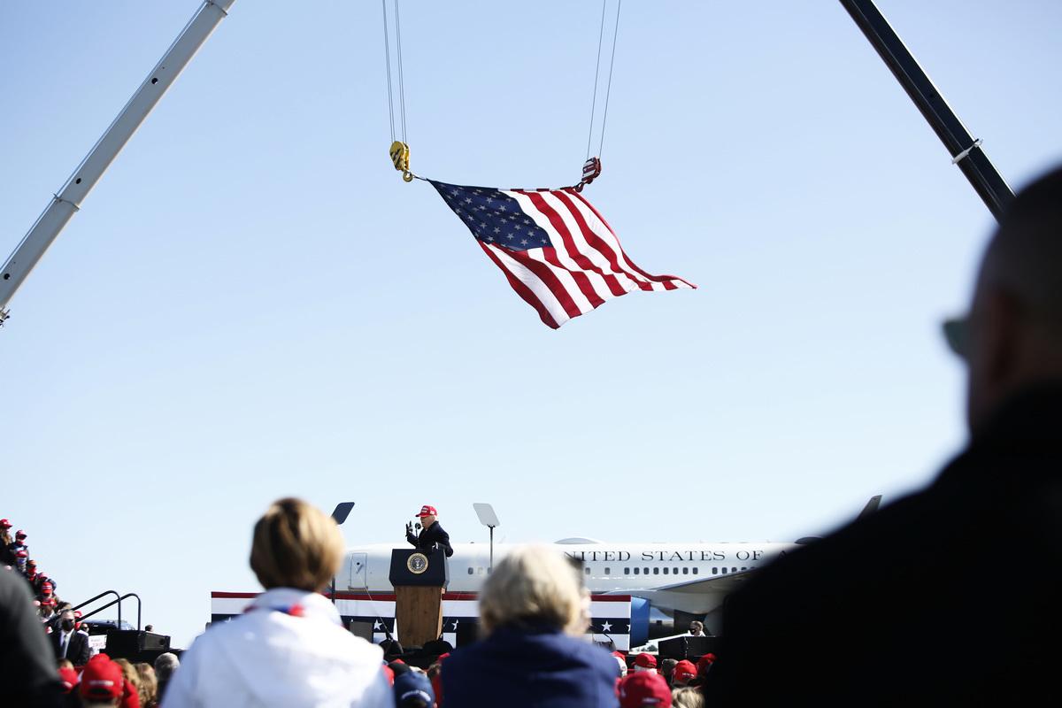 美國北卡羅來納州(北卡州)民主黨參議員候選人卡爾‧坎寧安(Cal Cunningham)11月10日承認敗選。圖為2020年11月2日,美國北卡羅來納州費耶特維爾(Fayetteville),特朗普在費耶特維爾地區機場舉行競選集會。(Brian Blanco/Getty Images)