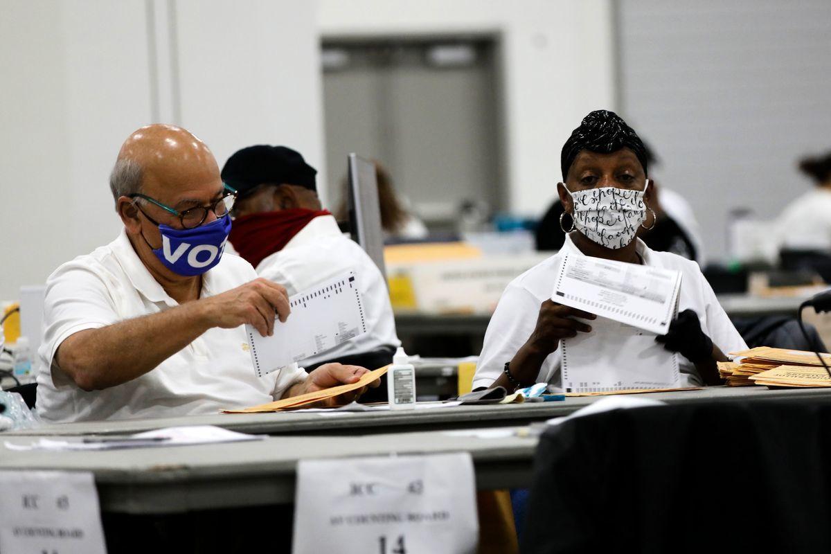 底特律工作人員在統計缺席選票。(JEFF KOWALSKY/AFP via Getty Images)