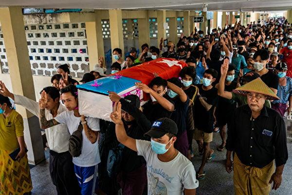 緬甸軍政府殺害大量抗議人士。(Photo by Stringer/Getty Images)