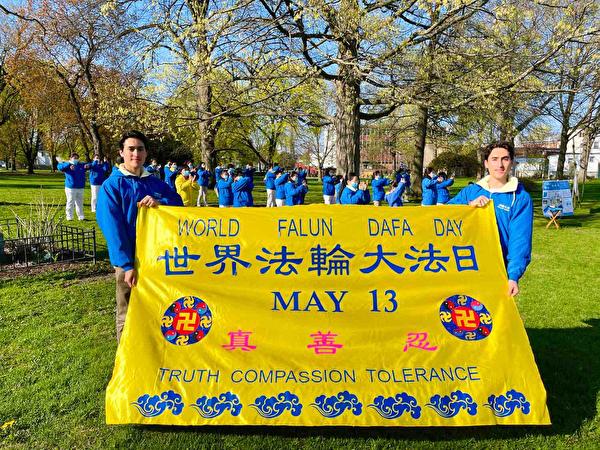 2021年5月13日前夕,來自墨西哥的孿生兄弟馬凱和魯米在紐約慶祝法輪大法洪傳,表達感恩。(李桂秀/大紀元)