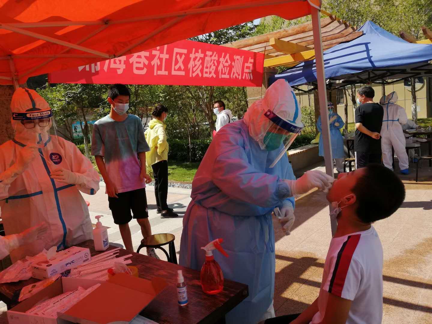 烏魯木齊錦海巷社區核酸檢測點,此前發現確診病例的蘇香台壹號小區位於該社區。(網絡圖片)