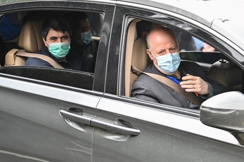2021年2月2日,達扎克(Peter Daszak,右)、德科夫(Vladimir G. Dedkov,左)和世衛專家小組的其他成員去湖北省動物疾病預防控制中心調查中共病毒的起源之後。(HECTOR RETAMAL/AFP via Getty Images)