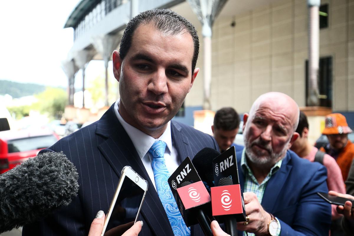 最近兩天,紐西蘭國家黨內訌風暴越演越烈,被驅逐的國家黨前國會議員詹米-利·羅斯(Jami-lee Ross)指控該黨黨魁賽蒙·布裏奇斯(Simon Bridges)接受華裔富商10萬元捐款並掩蓋其來源。10月17日,羅斯向警方提告,並呈交了所說的錄音文件。圖為羅斯在威靈頓警察局外接受媒體採訪。(Hagen Hopkins/Getty Images)