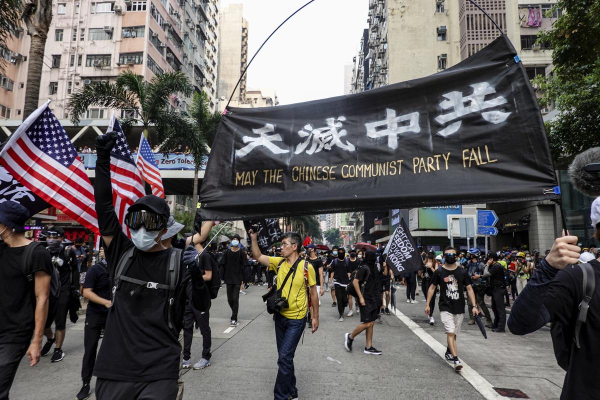 一名大陸人對於香港反送中事件表示支持,也強調香港人不只為香港抗爭,同時也在替中國13億人口作戰。圖為,2019年9月29日,「全球連線-共抗極權」遊行,抗爭者高喊天滅中共。(余鋼/大紀元)
