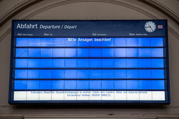 2021年2月8日,德國哈勒(Halle),火車站的看板上顯示:「請注意廣播!」大雪使鐵路交通受到影響。(Jens Schlueter/Getty Images)