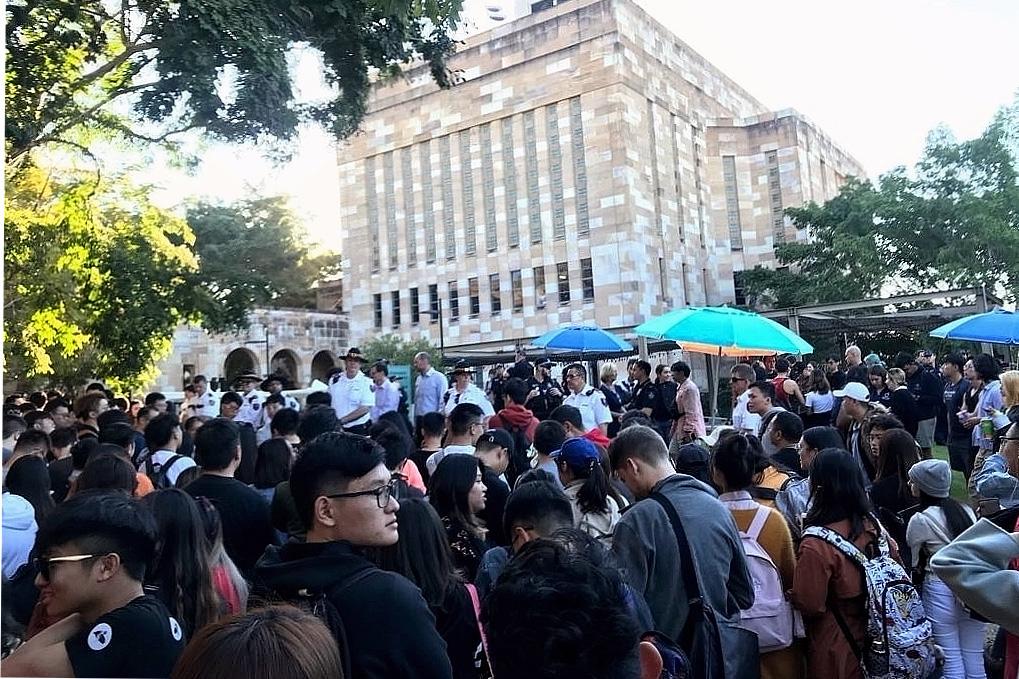 2019年7月24日,布里斯本部份香港留學生在昆士蘭大學舉行的反香港送中條例的和平抗議活動遭到數百中國留學生的圍攻,期間有人暴力襲擊和平抗議者,導致警方出面維持秩序。(楊裔飛/大紀元)
