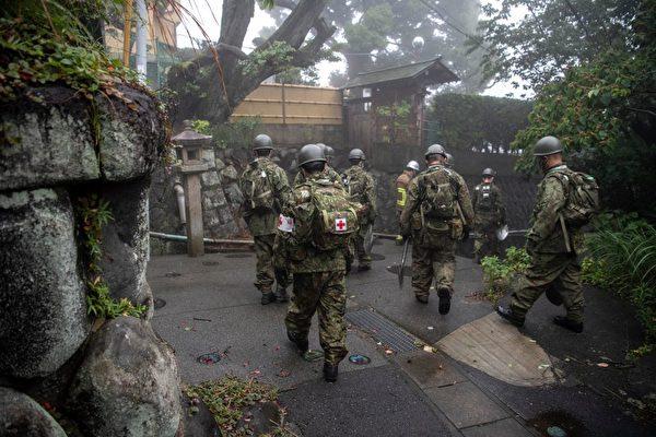 7月3日,日本自衛隊在熱海市發生泥石流後進行巡邏。( CHARLY TRIBALLEAU/AFP via Getty Images)