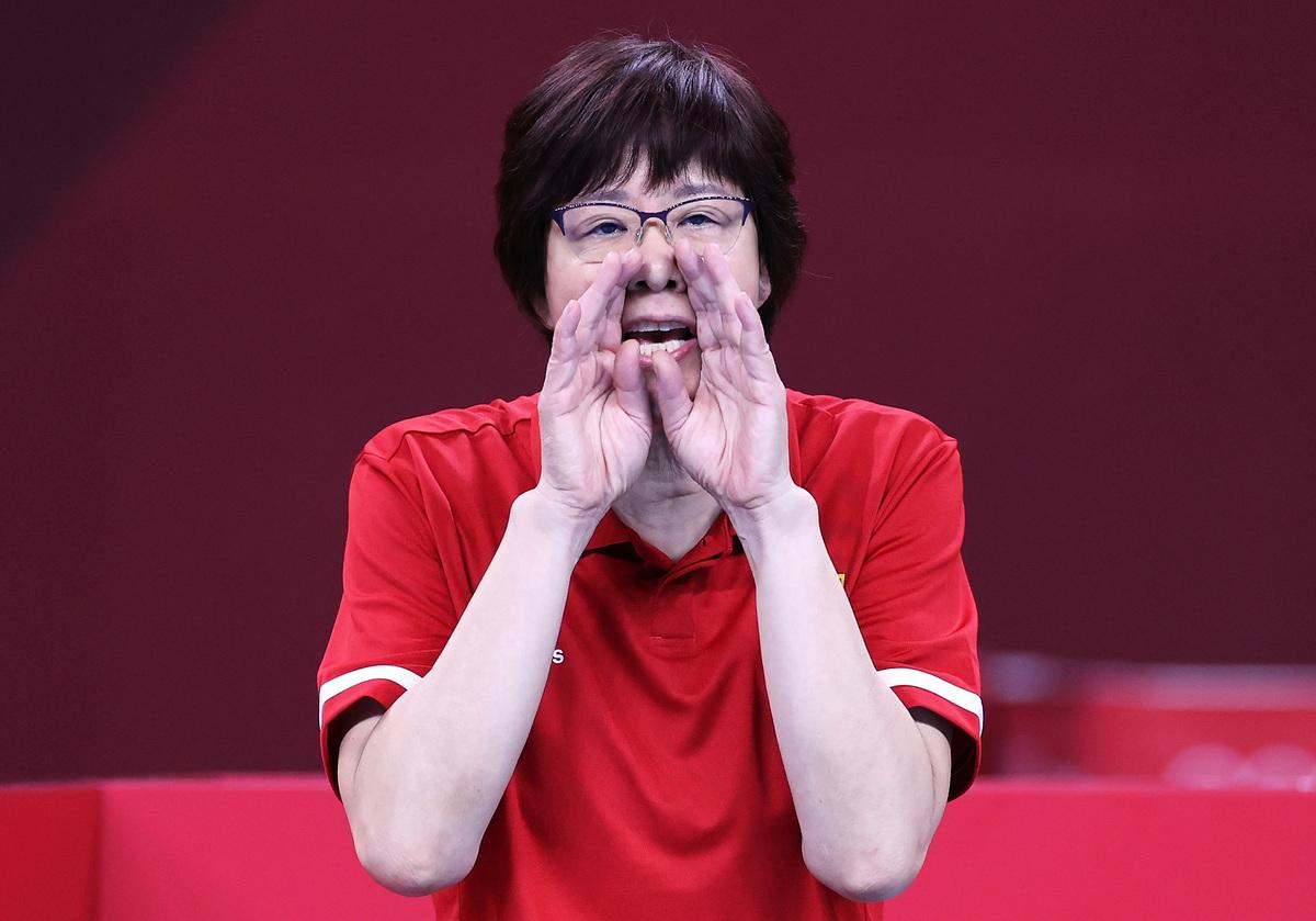 7月31日,2020東京奧運第8天女子排球預賽B組比賽中,中國隊主教練郎平在球隊與意大利隊的比賽中作出應對。(Toru Hanai/Getty Images)