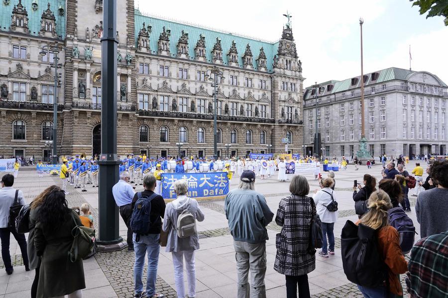 德國法輪功漢堡遊行反迫害 州議員到場聲援
