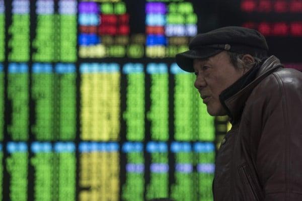 2016年1月27日,上海股票經紀公司展示股票信息的電子看板。交易商表示,因前一天公佈的數據,交易者對經濟疲軟的擔憂,上海股市1月27日收盤走低,暴跌6.42%,創13個月以來新低。(JOHANNES EISELE/AFP)