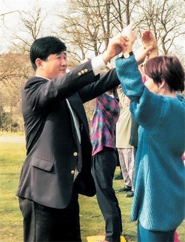 一九九五年四月在哥德堡講法班期間,李洪志師父親自教功、幫學員糾正動作。(明慧網)