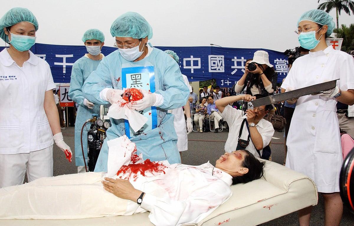 台北法輪功學員在街頭演示中共活摘器官。(PATRICK LIN/AFP/Getty Images)