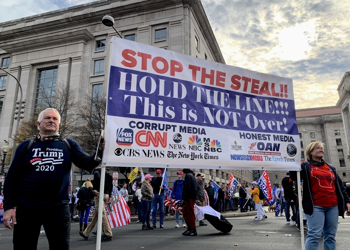 美國民眾於2020年12月12日遊行集會活動持大型橫幅,標示出報道偏頗的媒體和誠實的媒體,《大紀元》也在誠實的媒體名單中。(Ximing Xiong/大紀元)