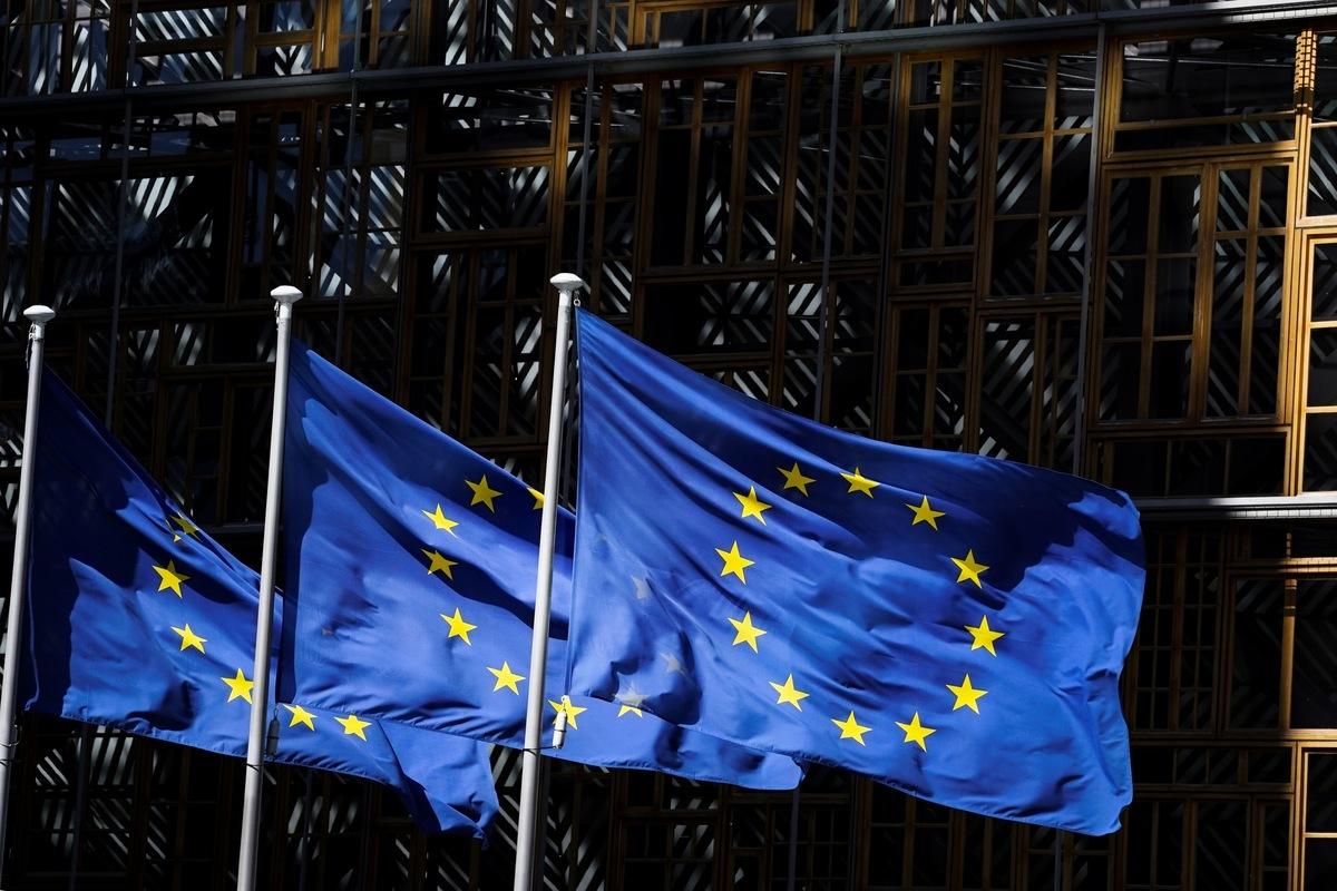 2020年5月28日,在歐盟總部布魯塞爾的歐洲委員會大樓外矗立的歐盟旗幟。(kenzo tribouillard/AFP)