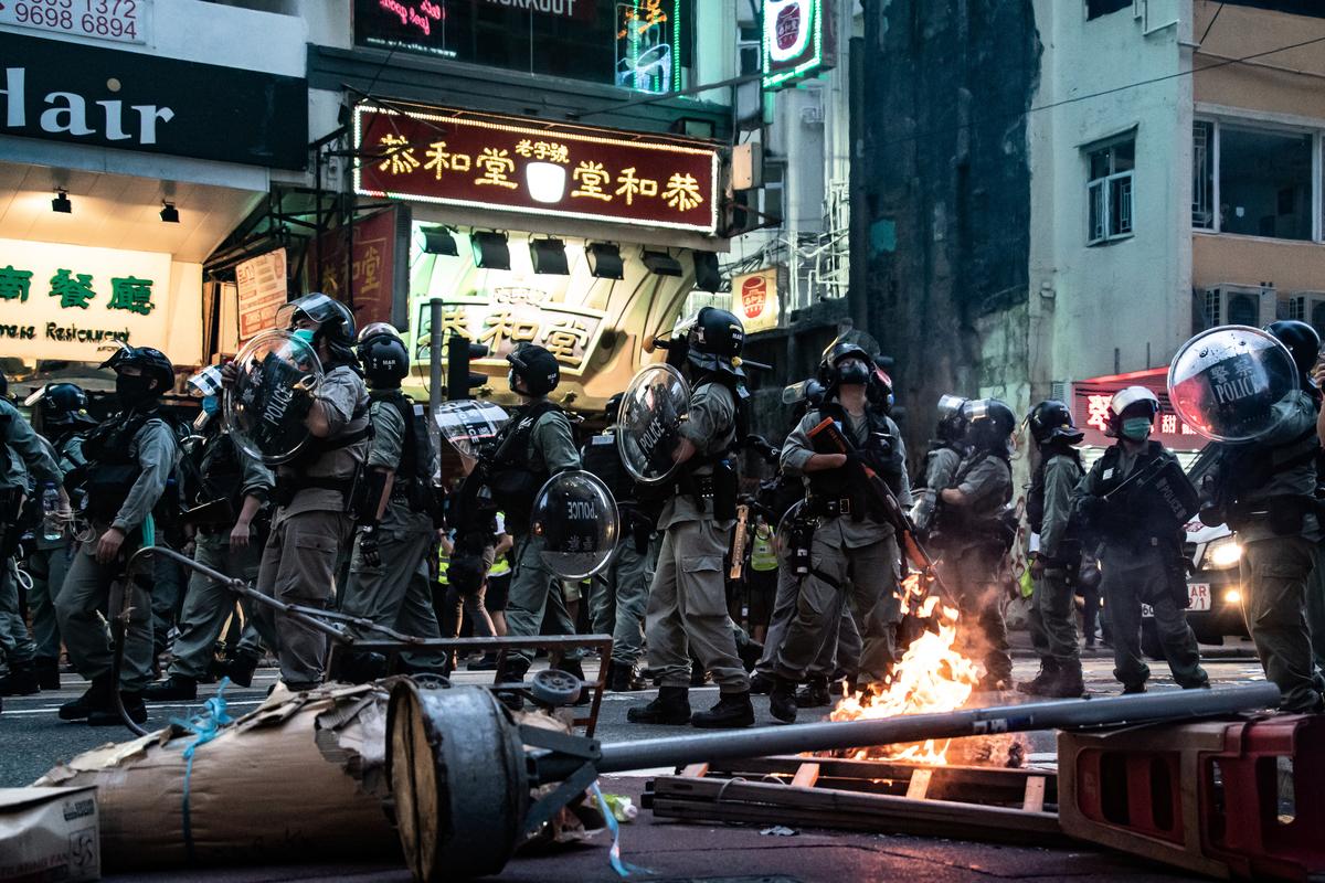 加拿大與香港簽訂過引渡協議,一旦加拿大人違反《港區國安法》,可能會被引渡到香港。圖為2020年7月1日中共在香港實施國安法的第一天,香港警察用催淚彈、胡椒噴霧和高壓水槍鎮壓成千上萬上街遊行的抗議者,三百多名抗議者被捕。(Anthony Kwan/Getty Images)