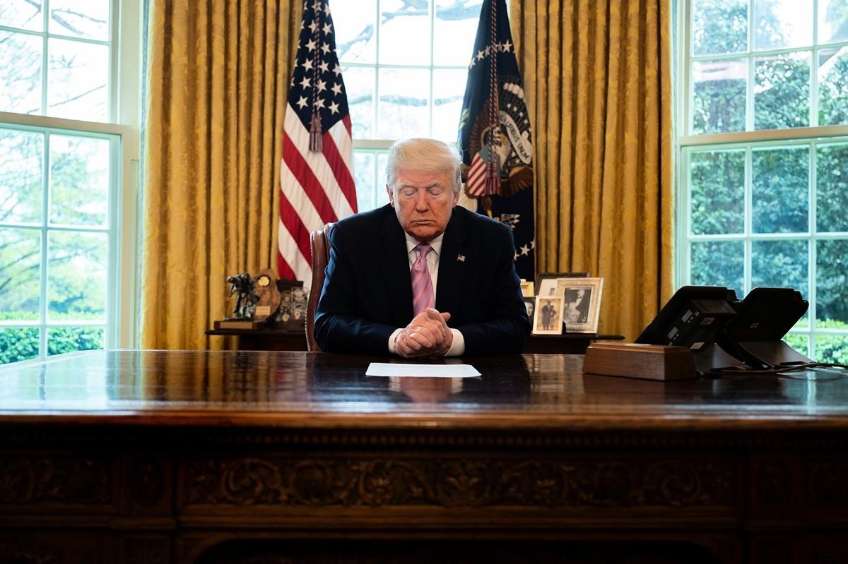 2020年4月10日,美國總統在白宮橢圓形辦公室舉行復活節祈禱。(JIM WATSON/AFP via Getty Images)
