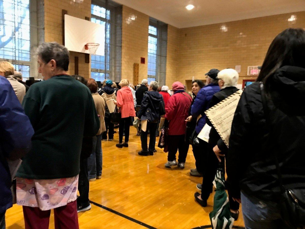 選民投票熱情高,冒雨投票,各投票站出現排長龍投票的情況,圖為白石鎮公立193小學投票站的人龍。 (林丹/大紀元)