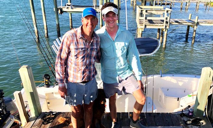 安德魯·謝爾曼和兒子傑克在距離北卡羅來納州海岸40英里的地方救了一艘失控船隻的失蹤船長。(傑克·謝爾曼提供)