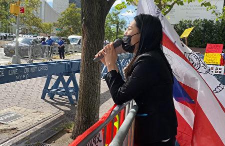 北京女大學生張小寧9月21日在UN門前憤怒地控訴中共北京警察強姦她的罪行。(施萍/大紀元)