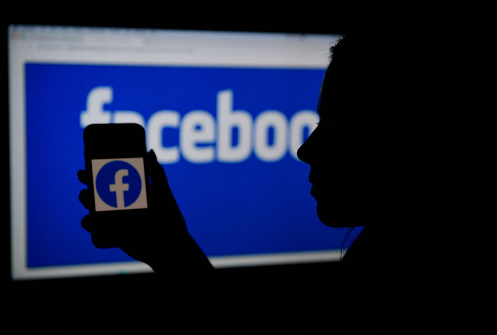 美國媒體指出,中共近年來日益加強Facebook操作,正努力創建「超級傳播者」帳號,將其作為全球宣傳武器。(OLIVIER DOULIERY/AFP via Getty Images)