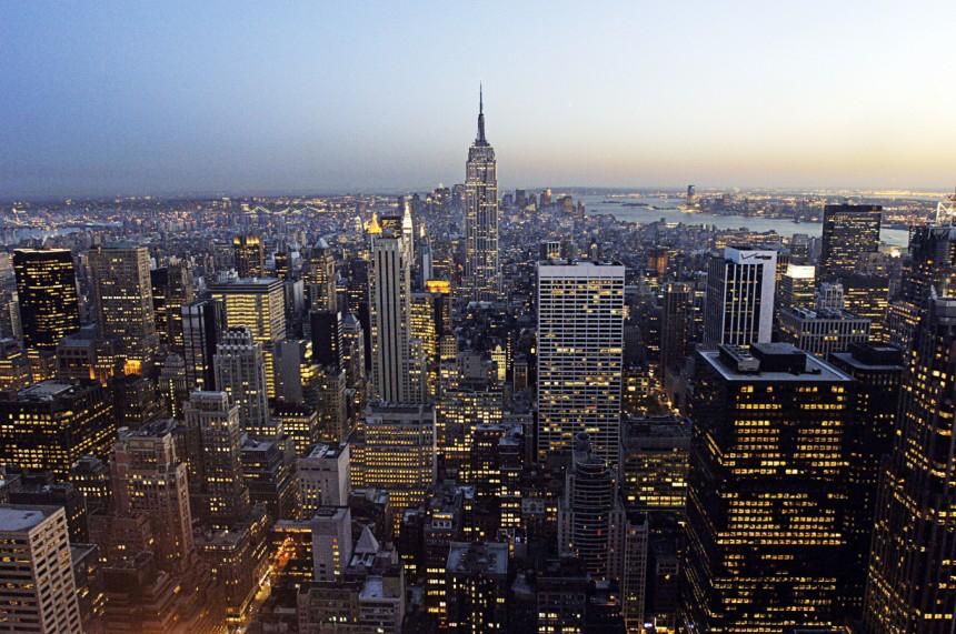 9月12日發佈的一項調查顯示,紐約擠下倫敦登上全球金融中心龍頭寶座。圖為紐約曼哈頓夜景。(Stan Honda/AFP/Getty Images)
