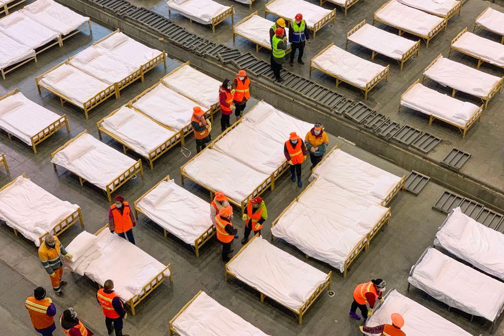 圖為2月3日晚,武漢市連夜建了洪山體育館、武漢客廳、武漢國際會展中心三處「方艙醫院」。(STR/AFP via Getty Images)